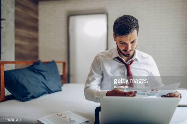 出張中の若い男性 - オープンネック ストックフォトと画像