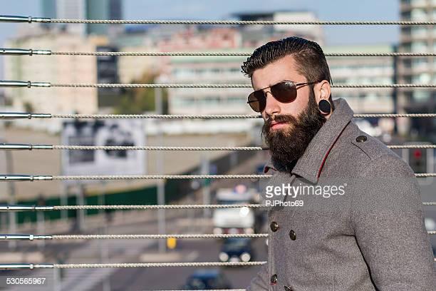 uomo giovane hipster in stile () per una passeggiata a ponte - pjphoto69 foto e immagini stock