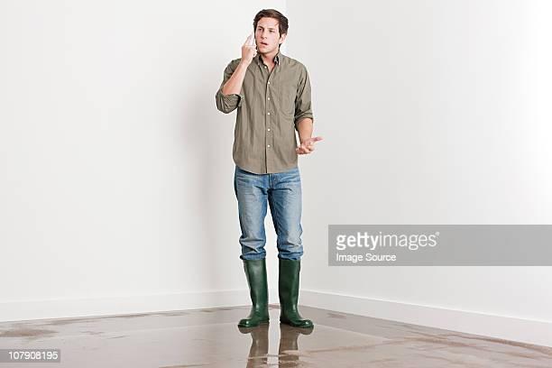 Jeune homme sur inondé étage