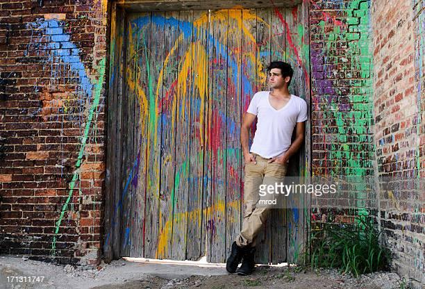 若い男性のペイントが広がったようなドア - vネック ストックフォトと画像