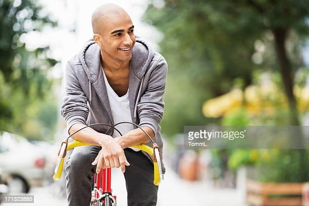 Junger Mann auf Fahrrad Rennen