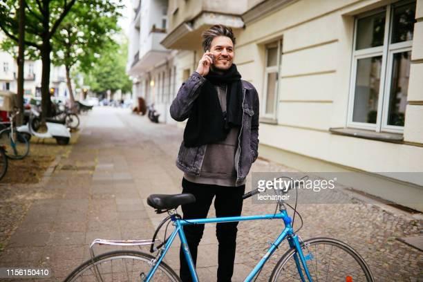 ベルリン・クロイツベルクの電話の若者 - プレンツラウアーベルグ ストックフォトと画像