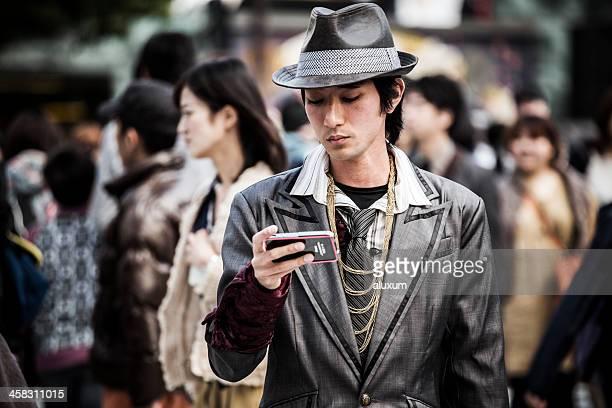 Jeune homme sur le téléphone à Shibuya, Tokyo, Japon