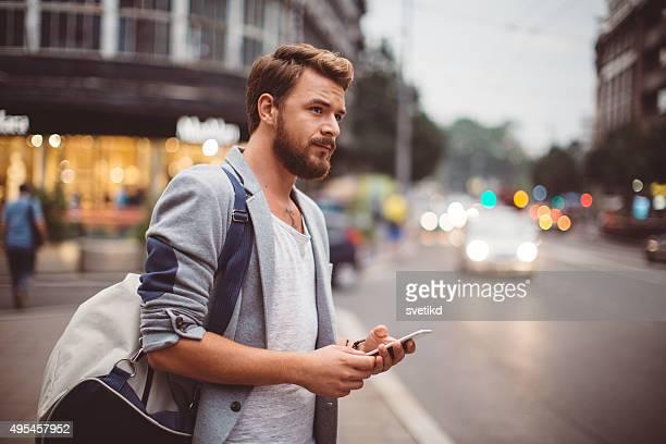 Giovane uomo nelle strade delle grandi città.