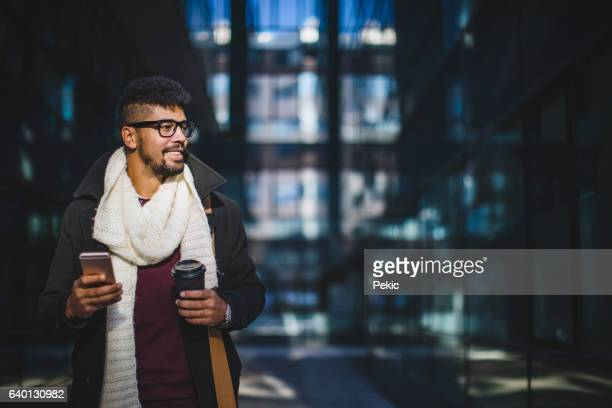 Jeune homme dans les rues de la ville