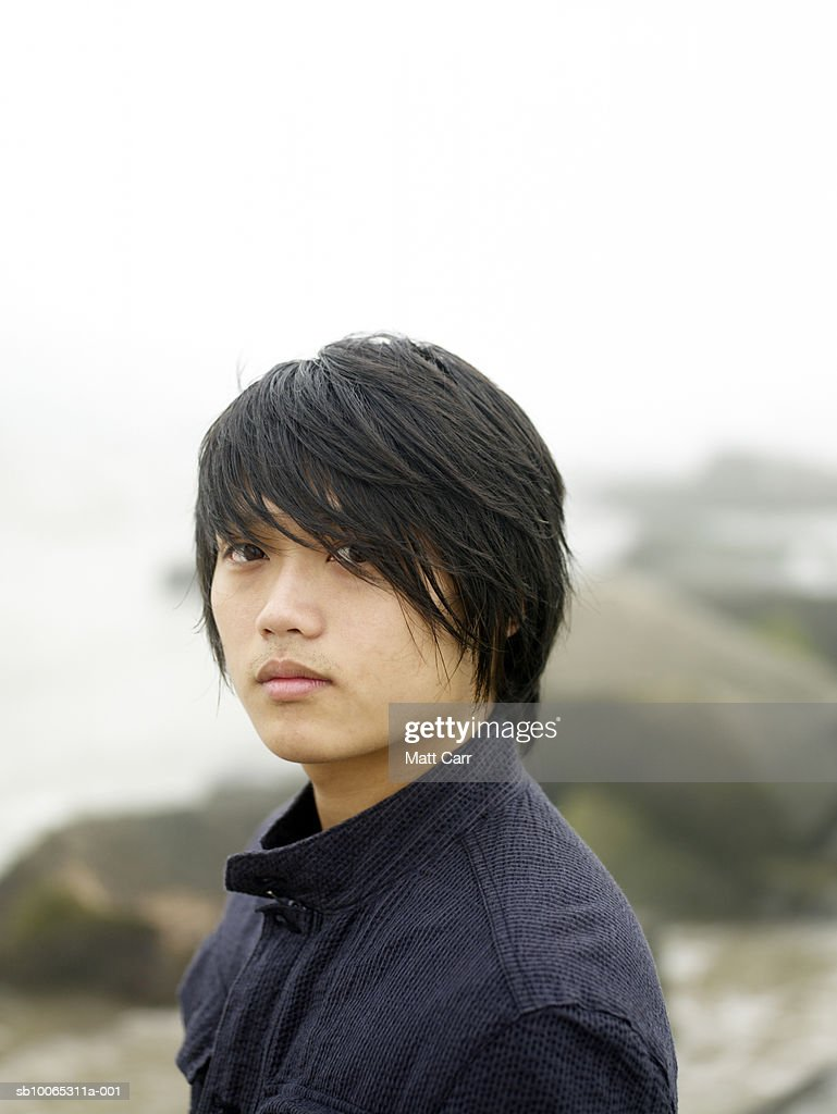 Young man outdoors, portrait : Foto stock