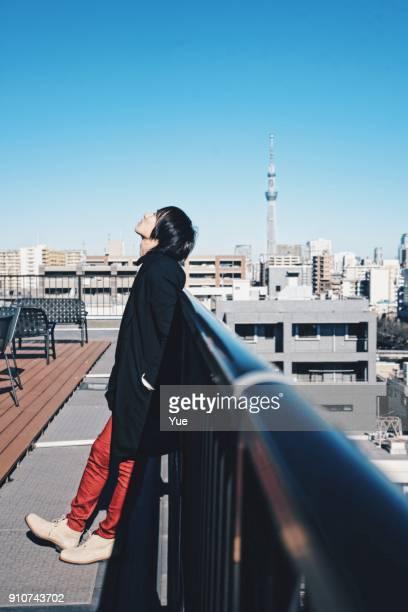 晴れた冬の日に外の若い男 - one young man only ストックフォトと画像