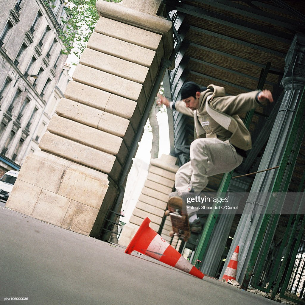 Young man performing skateboard trick : Stockfoto