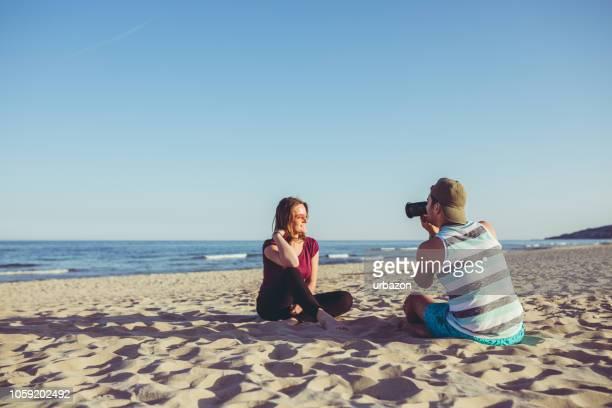 giovane che fotografa la ragazza - modella per artisti foto e immagini stock