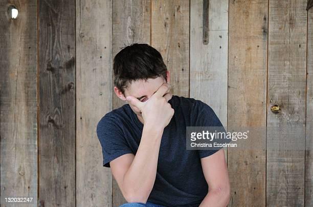 young man - augen zuhalten stock-fotos und bilder
