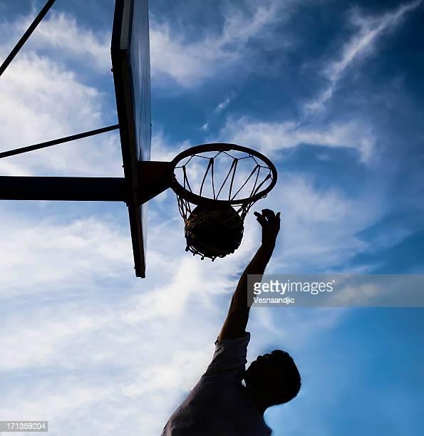 Giovane uomo giocando a basket