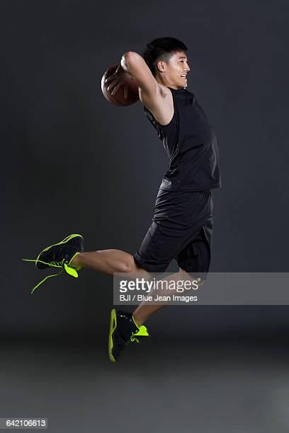 young man playing basketball - essayer de marquer photos et images de collection