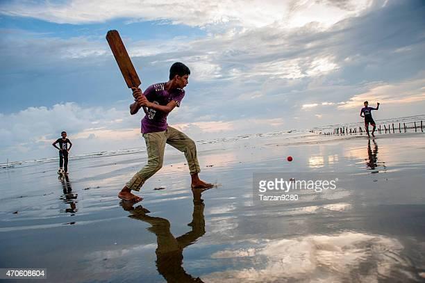 giovane uomo suona crickets sulla spiaggia, cox's bazar, bangladesh - bangladesh foto e immagini stock