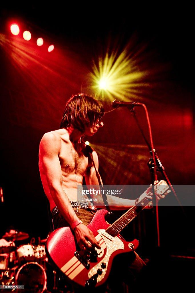 若い男性がギターがのステージでコンサート : ストックフォト