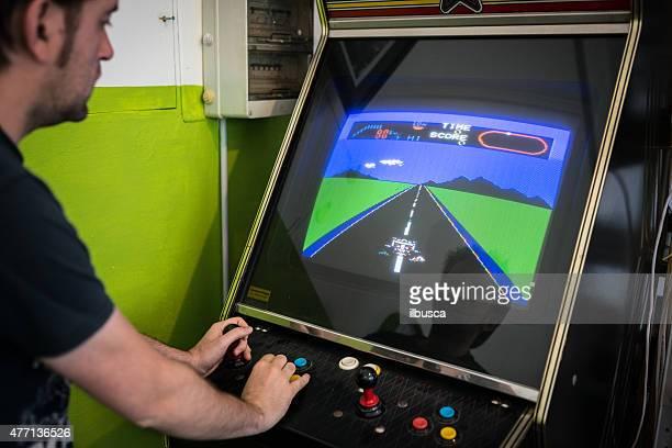 Junger Mann spielen Videospiel-arcade
