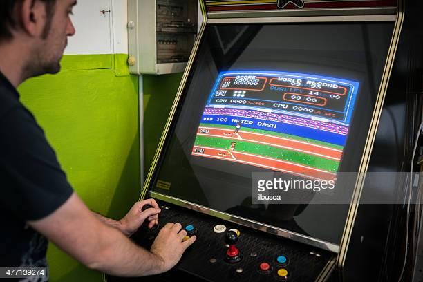 Joven jugando videojuegos videogame vintage