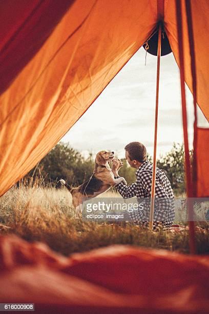 Giovane uomo giocando con il cane