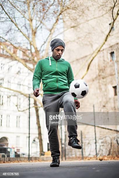 Joven jugando con pelota de fútbol