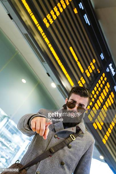 junger mann (stilvolle hipster) zeigt finger - pjphoto69 stock-fotos und bilder