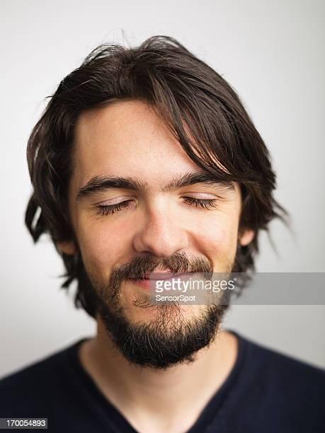 ritratto di giovane uomo - occhi chiusi foto e immagini stock