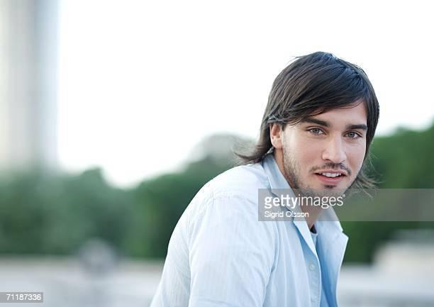young man, portrait - cheveux mi longs photos et images de collection