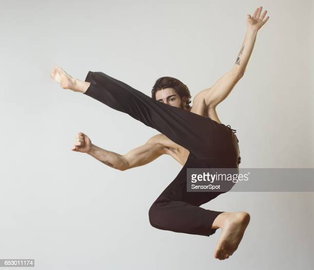 young man practicing capoeira - capoeira imagens e fotografias de stock