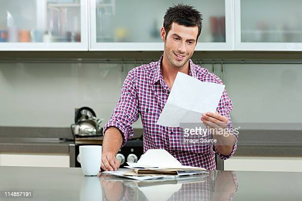 Junger Mann liest Nachricht