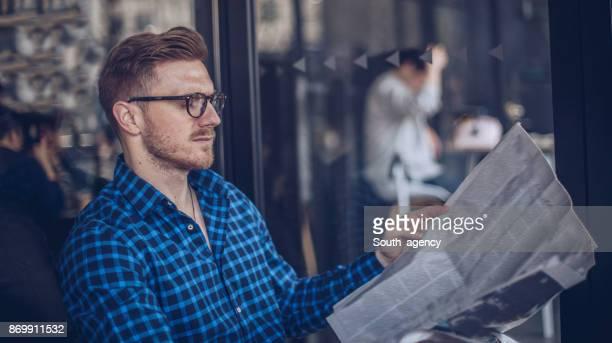 joven leyendo las noticias - ginger lee fotografías e imágenes de stock