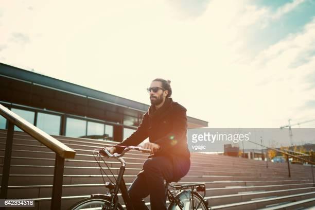 Bicicleta de hombre joven a caballo