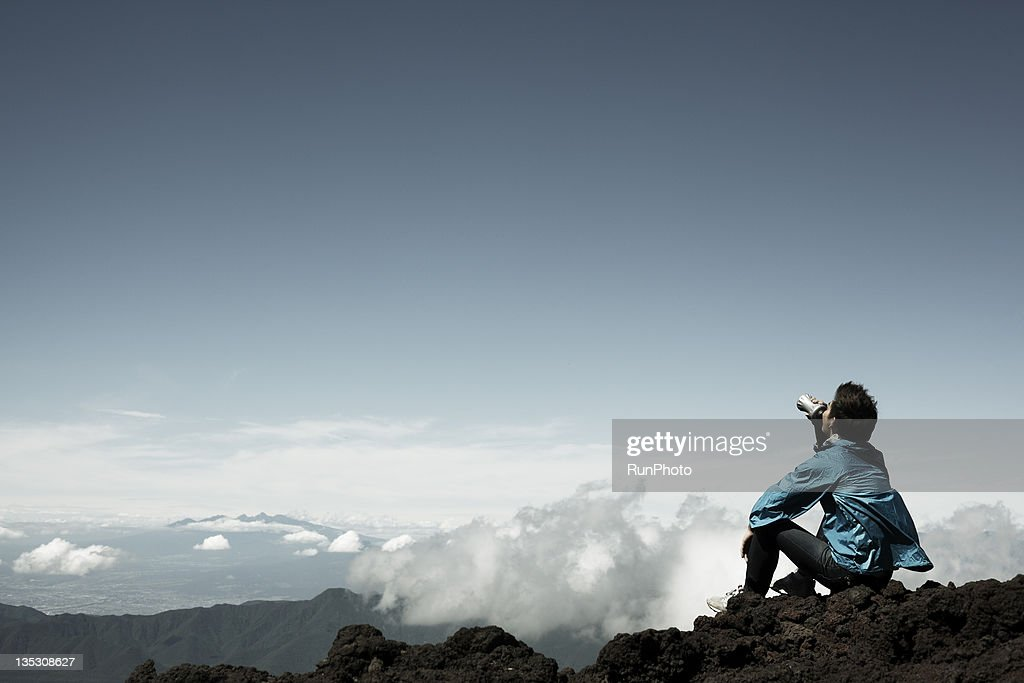 young man rinking water in the mountain : ストックフォト