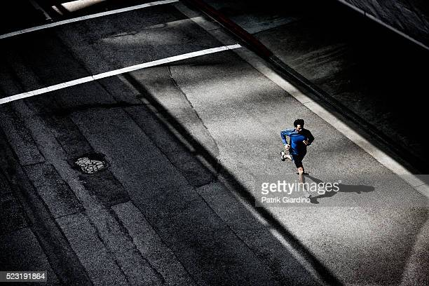 young man running - correr fotografías e imágenes de stock