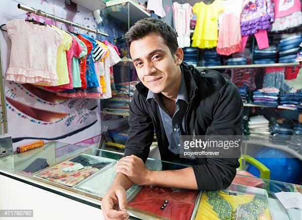 Jeune homme à la vente de vêtements dans un centre commercial