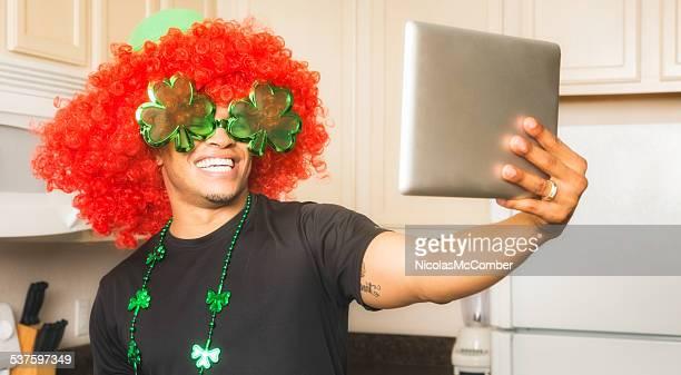 Giovane uomo tiro giorno di San Patrizio selfie con compressa
