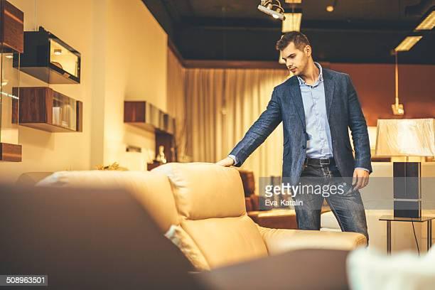 Jeune homme shopping mobilier