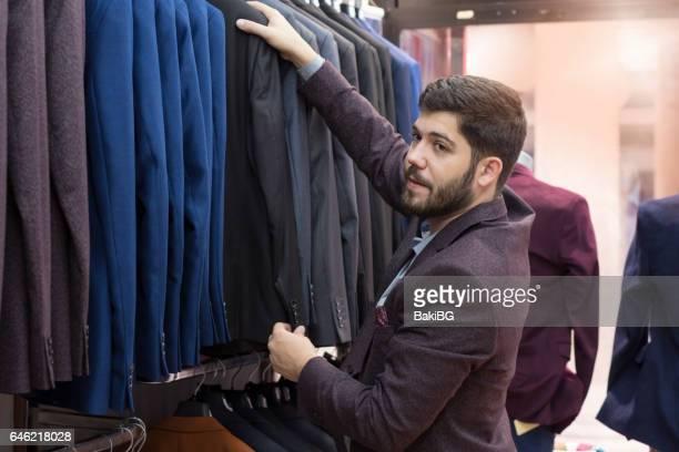 meu jovem, fazer compras na loja de roupas - escolhendo - fotografias e filmes do acervo