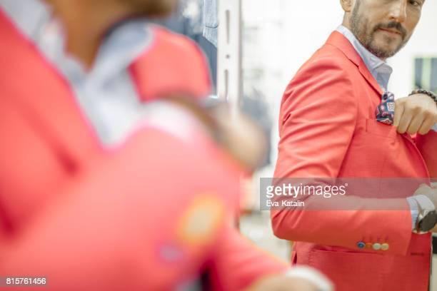compra chaqueta de hombre joven - chaqueta rosa fotografías e imágenes de stock