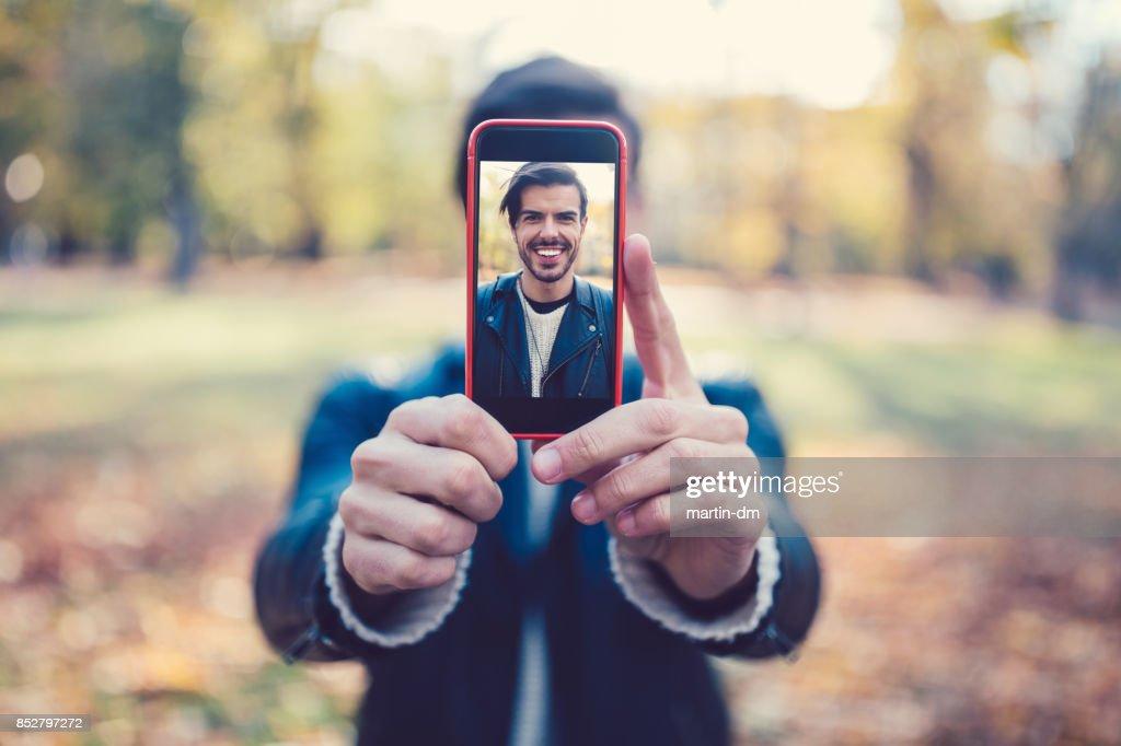 Jongeman weergegeven selfie naar de camera: : Stockfoto