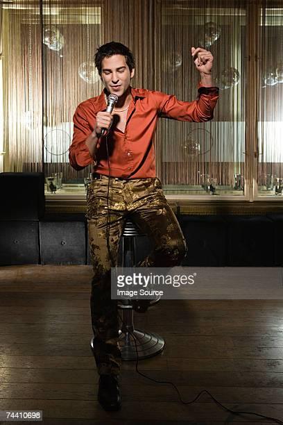 young man singing karaoke - karaoke stockfoto's en -beelden