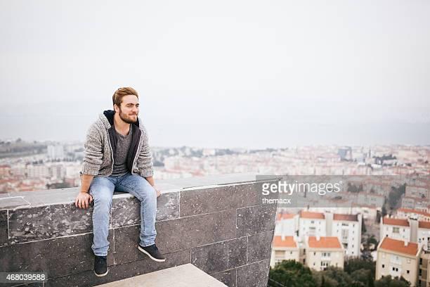 jovem sentado com vista da cidade - só meninos adolescentes imagens e fotografias de stock