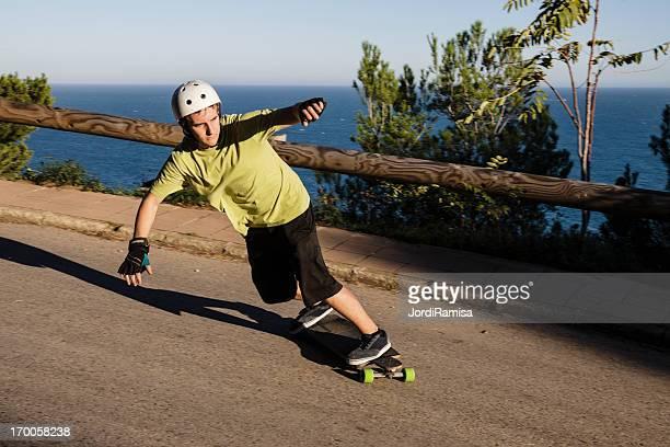man joven skateboarding