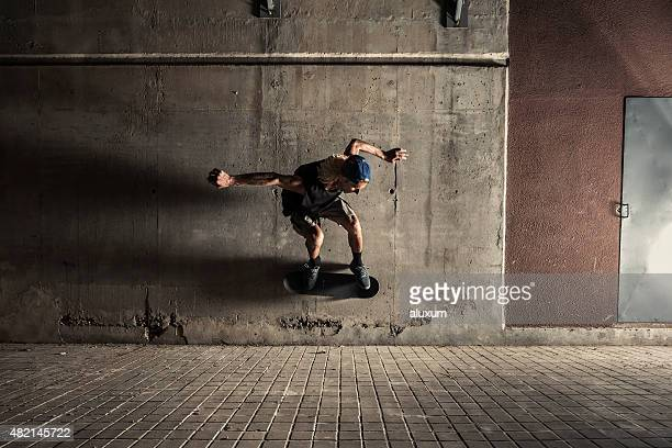 Joven de patinaje en la ciudad por la noche