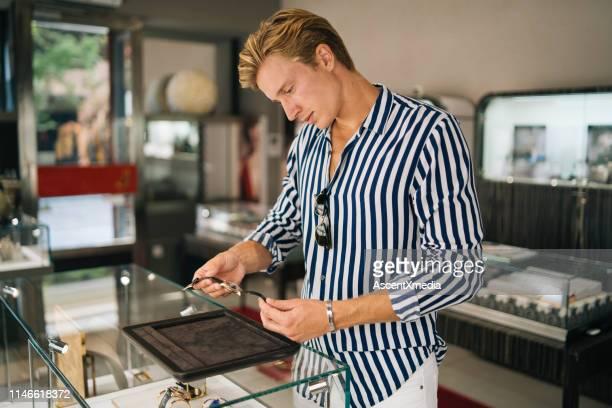若い男は、時計の買物をしながら笑顔 - シリーズ画像 ストックフォトと画像