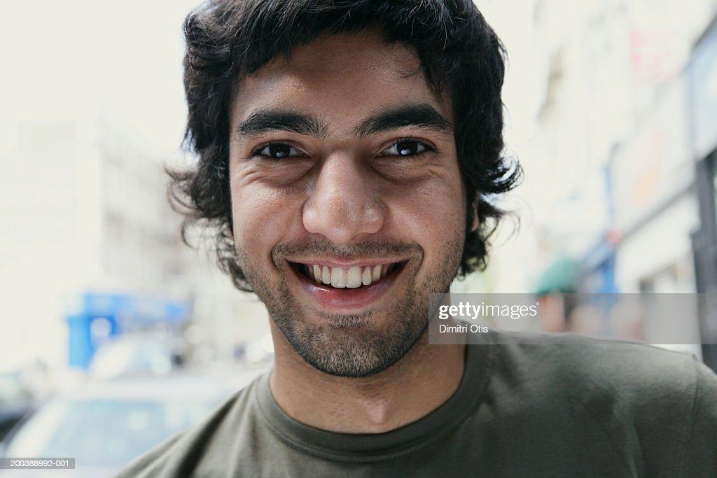 Young man smiling, portrait, close-up : Foto de stock