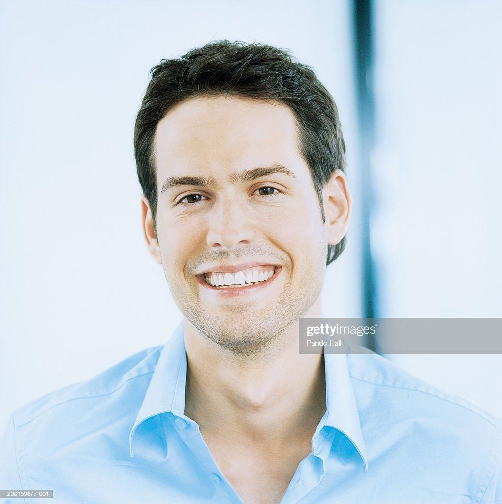 Young man smiling, portrait : Foto de stock