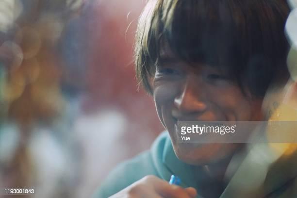 フックを吸う若者 - 水キセル ストックフォトと画像