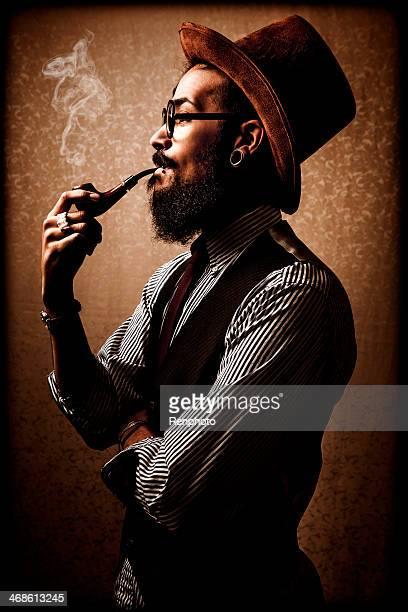 Junger Mann Rauchen einer Pfeife