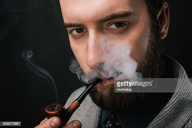 若い男性喫煙、パイプ