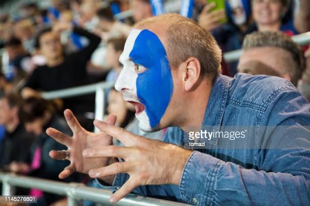 ventilador de futebol do homem novo com a face pintada em cores do clube - club football - fotografias e filmes do acervo