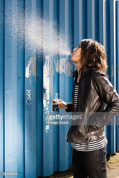 Junger Mann Spucken ein alkoholfreies Getränk