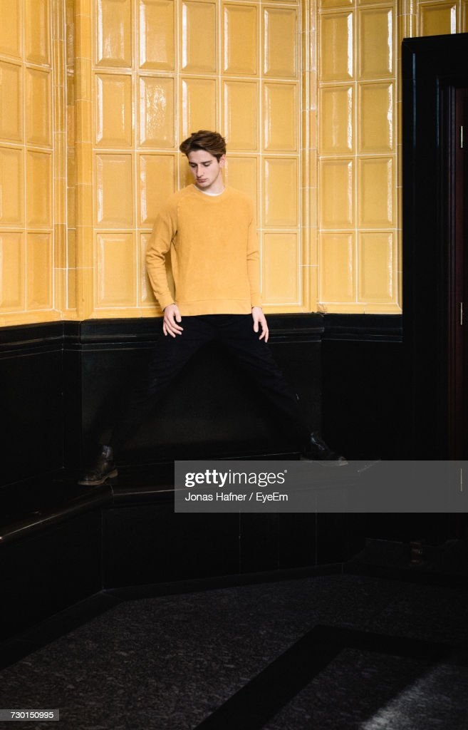 Young Man Standing Against Wall : Stockfoto